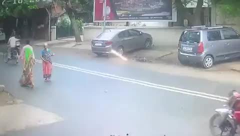 """老妇人过马路遇""""飞车抢夺"""",监控记录一幕"""