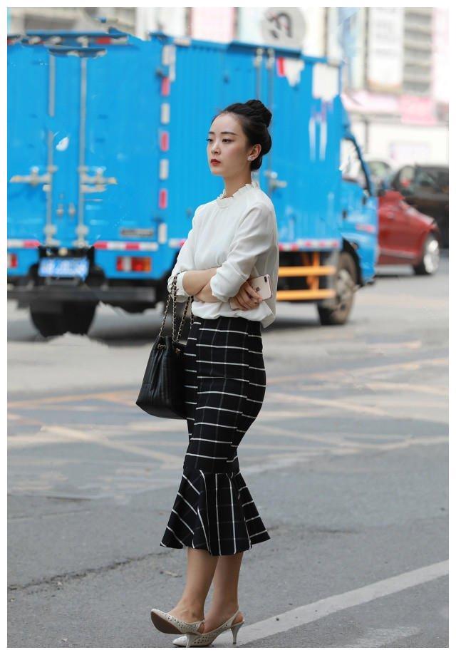 半身鱼尾裙,白色横竖条纹交织在一起,自信干练又不失优雅