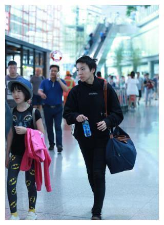 11岁李嫣与20岁窦靖童同现机场,一个天后风,一个大妈范?