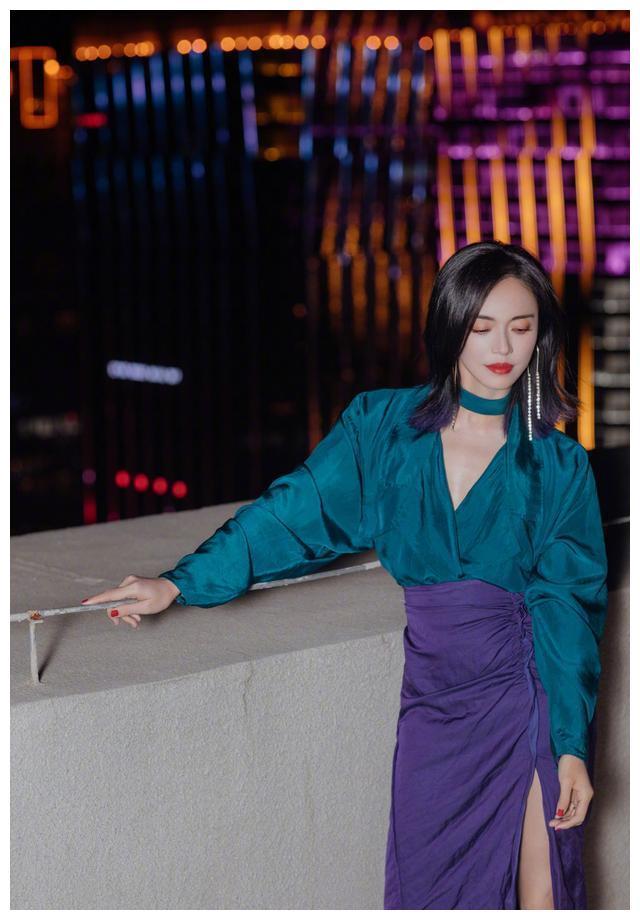 这次姚晨赢了!蓝绿色与紫色的碰撞,优雅又时尚