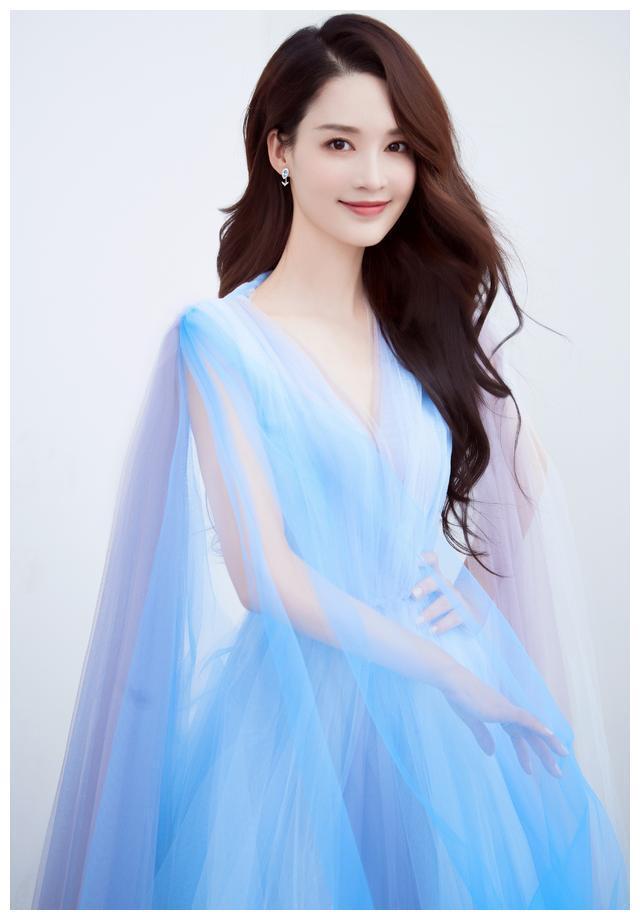 李沁写真,一袭蓝紫色渐变纱裙,纯情柔美,仙气十足