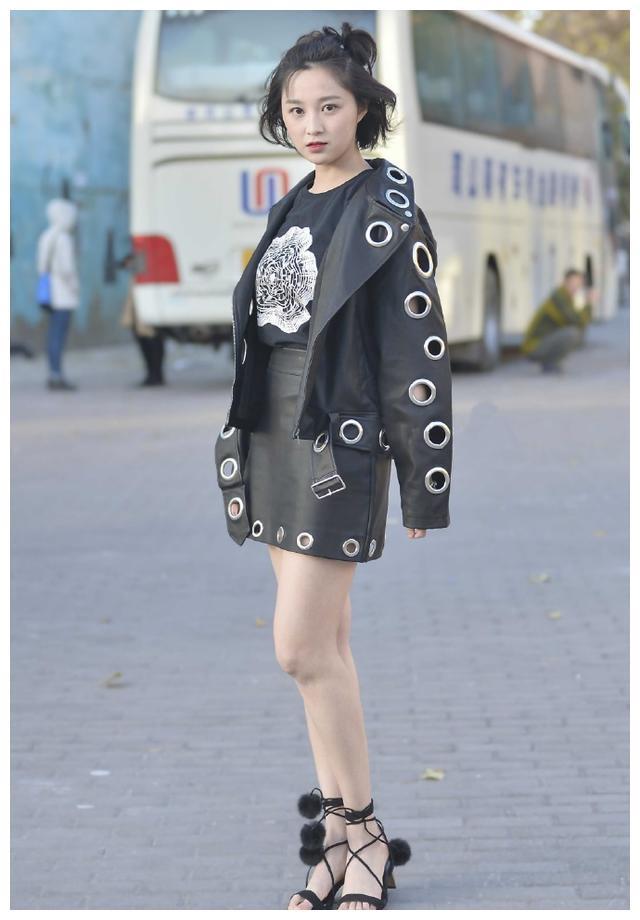 气场十足的皮衣外套,搭配可爱的毛绒球高跟凉鞋,穿出独有的风格