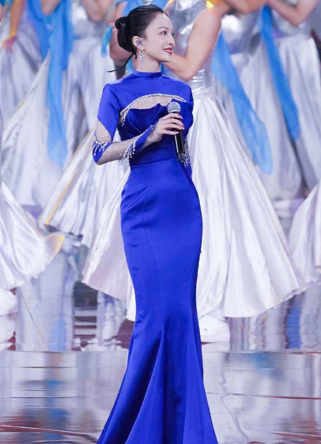 张韶涵全蓝造型登台献唱,凹凸曲线像一瓶酒,一米五身高气场十足