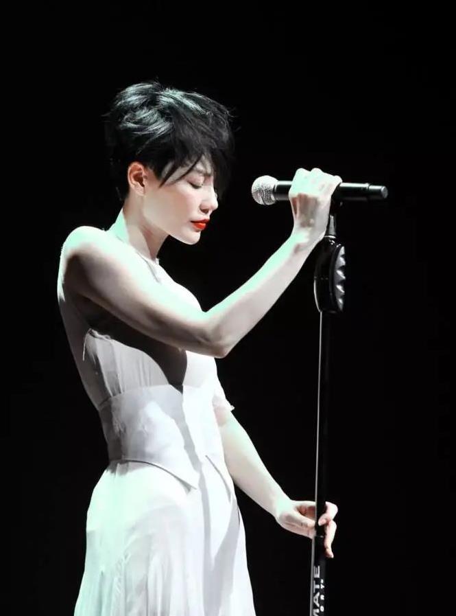 王菲的知性美太惊艳,高领薄衫搭阔腿裤,高级感溢出屏幕