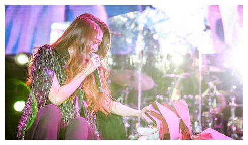 陈绮贞合肥跨年演唱会正常开唱,粉丝大合唱并泪喊:撑住你