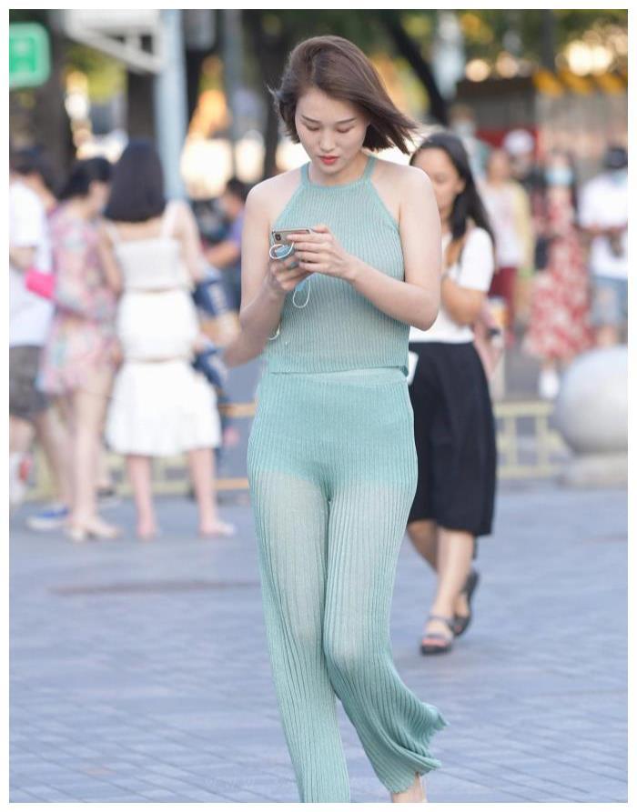 柔软细腻的针织布料,挂脖的款式+阔腿裤,时尚舒适还有气质