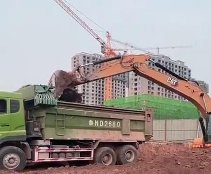 这种装车方式也只有卡特能承受,挖掘机师傅挖的太满了!
