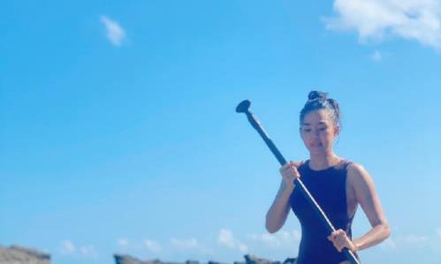 演员洪小铃曝出自己的游泳照片,近42岁的她是如此时尚迷人