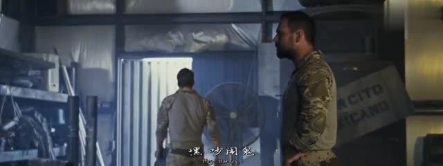 有机器人来到军队的领地与几个男子发起了枪战