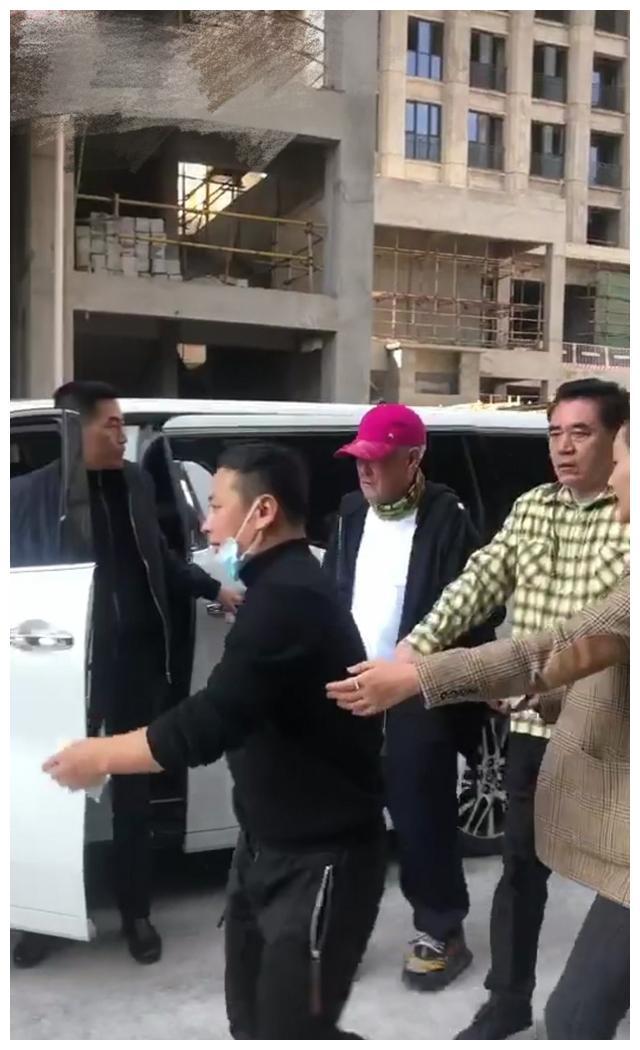 网友曝赵本山开发新楼盘,和陈宝国现身工地前呼后拥人气超高