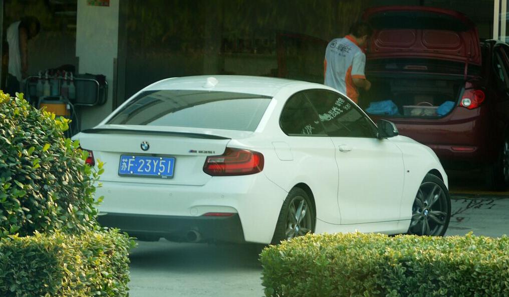 """南通海门街头实拍宝马M235i跑车,车牌恰好也是""""235""""!"""
