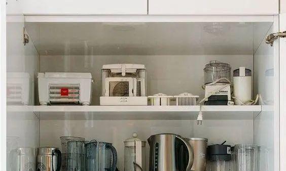 装厨房上柜下柜不分离,装块板可很好存放小家电,当时咋就没想到