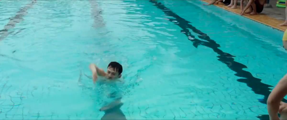 男孩大庭广众下说女孩喜欢他,女孩盛怒之下一脚把他踹进游泳池