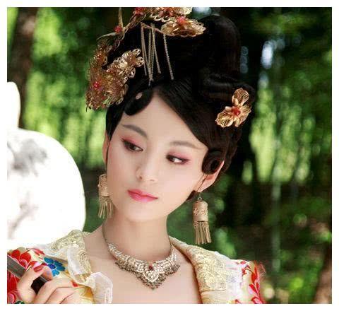 她是史上著名宠妃,皇帝让她躺在桌子上,给大臣欣赏,产生一成语