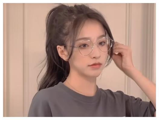 两千万网红刘思瑶又装可爱,穿少女装官宣新恋情,身高认真的吗?