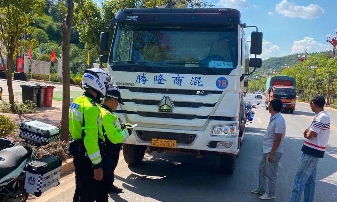 中国云南楚雄这些人不守交通规则被拍下来了,看看他们都做了什么