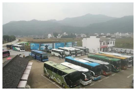 歙县新安江山水画廊斑斓秋韵引来千人大团 搅热旅游市场