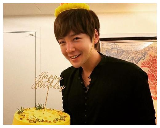 韩国男星张根硕,通过个人社交网站发布生日照,依旧还是那个帅哥