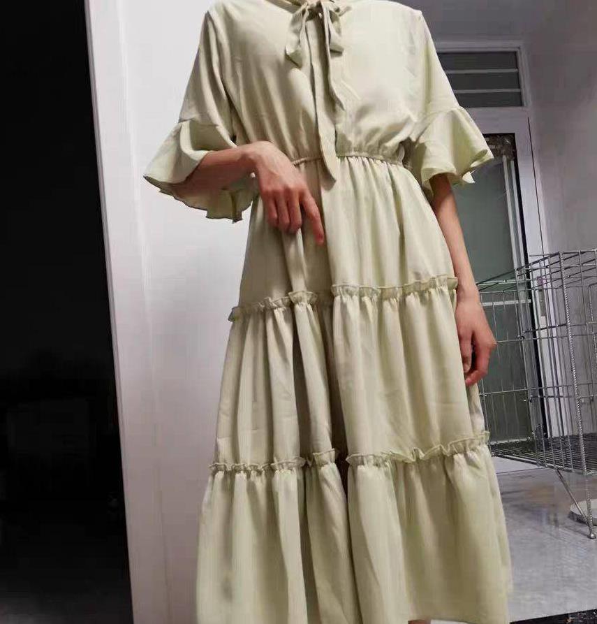 白色薄纱连衣裙,绑带设计让整体层次立体,而又不乏曲线美