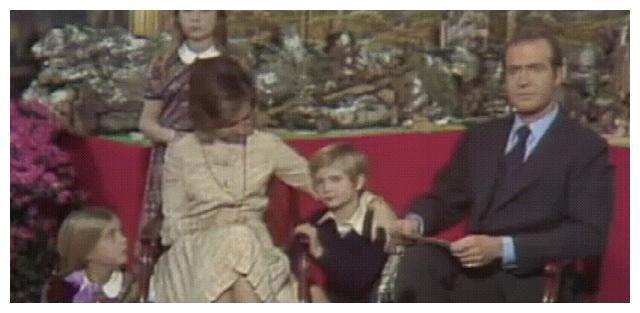 西班牙国王宠孩子传承自母亲,小时候他任性妄为,全靠王太后宠着