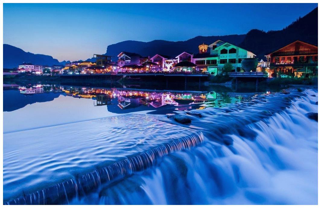 凤凰古城不是很大,商业气息很严重,有很多酒吧、清吧