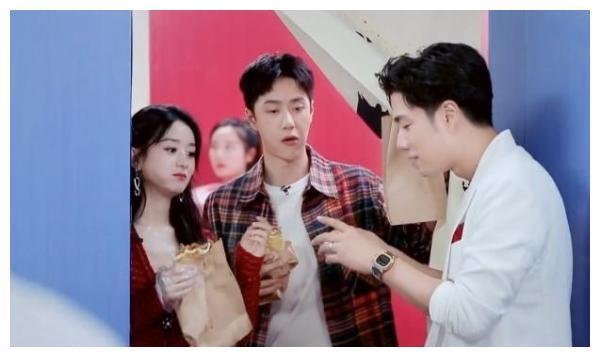 赵丽颖王一博用一个勺子吃饭,全程亲密接触,谁注意字幕上的字?