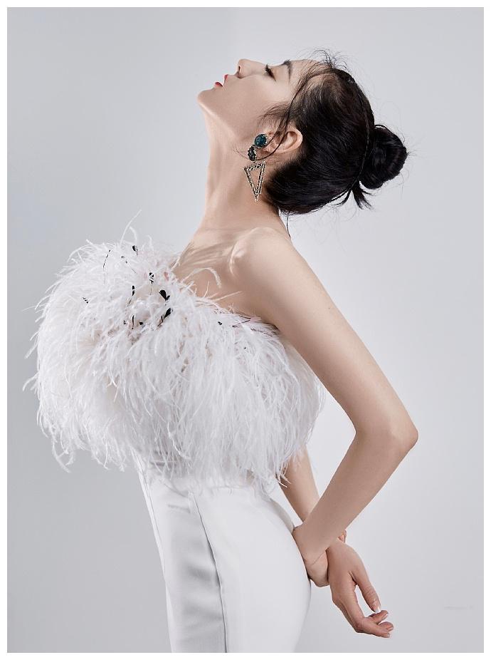 迪丽热巴穿羽毛短裙造型美艳 秀香肩美腿天鹅颈吸睛