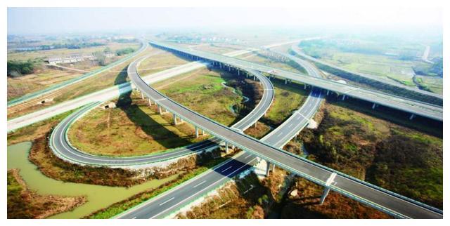 贵州在打造的一条高速公路,全线采用双向4车道,路基宽度24.5米