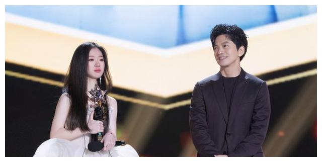 单依纯虽然唱功从未被质疑,但李荣浩却说出了她两个问题