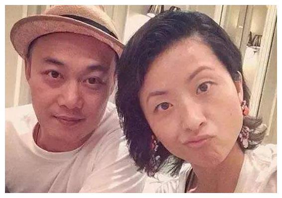 陈奕迅携妻女罕现身,贴心为老婆擦鼻子,15岁女儿身高赶超妈妈