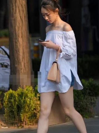 街拍:美女一字肩白衬衫搭小短裤,十分美丽