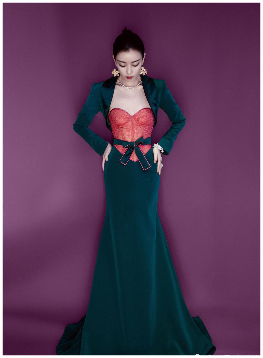 倪妮今日红毯造型,身穿一袭粉绿撞色礼服,尽显曼妙身姿