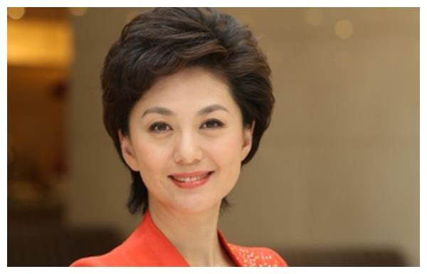 央视著名主持人的她,嫁大10岁清华教授,如今家庭生活美满!