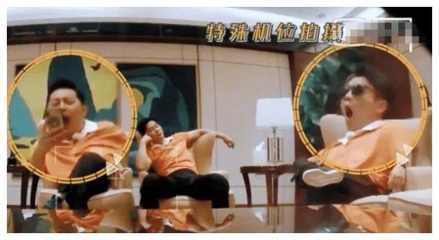 跑男8李沁baby同坐沙发,细看二人坐姿,是已婚跟未婚之间的差别