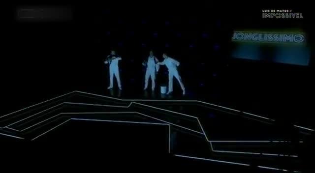 三个小伙表演光影杂耍,舞台效果真棒,满满的炫酷感觉!