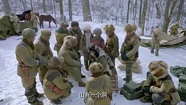 猎户老人给小分队口述奶头山地形,队员听着直接做了一份地图出来
