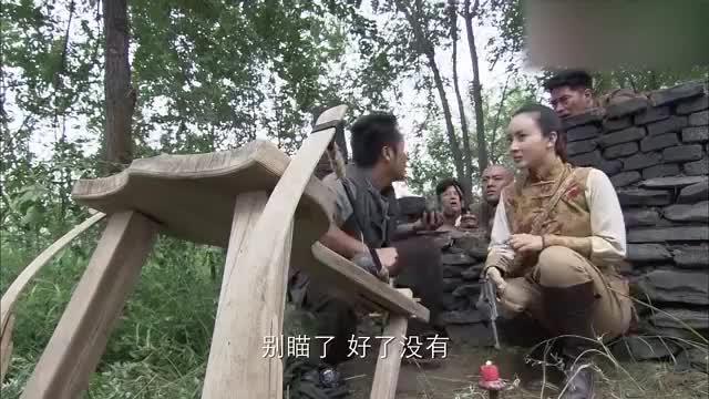 姑娘偷摸玩炮弹,一个没拿稳发射出去,结果一炮轰烂了鬼子炮楼!