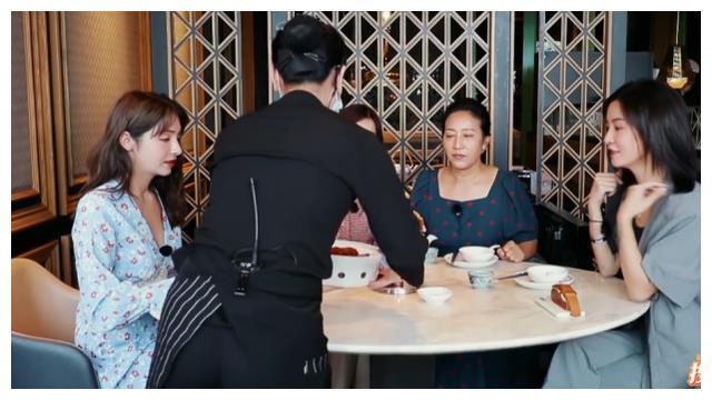 麦迪娜李晟约着吃早茶,菜上齐时,谁注意麦迪娜举动?明星也这样