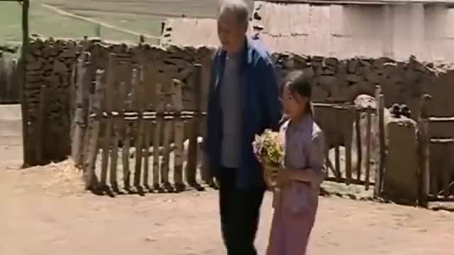 暖春:小花和爷爷上山采花送给香草,小花说喜欢以后就天天给她采