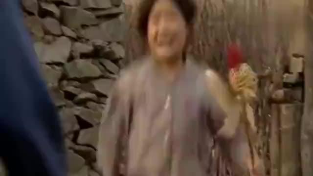 暖春:小花和爷爷哭诉自己奶奶做的纸风车被香草踩烂了