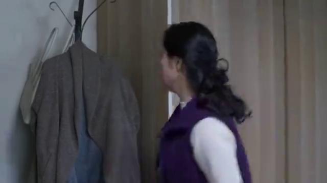 武功妈妈非常生气,直接把卧室门关上了!姜黎爸提议让武功妈做饭