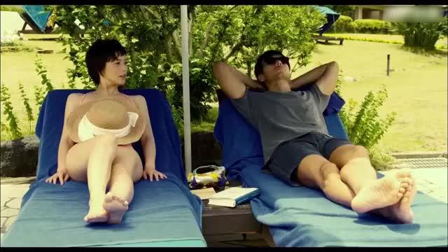 老公和妻子一起去游泳,总是改不了看美女的习惯!