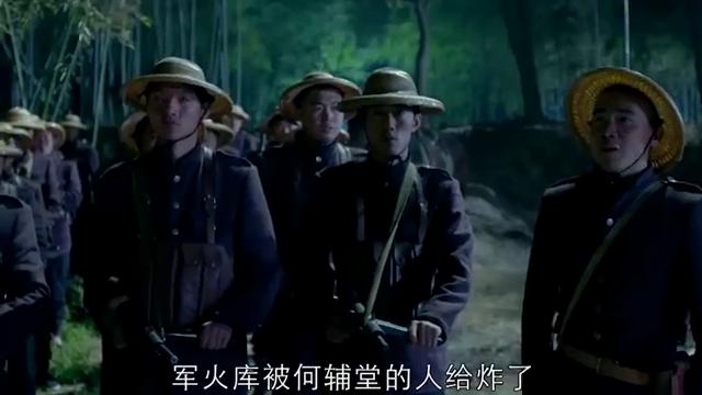 小伙打开山门放红军过桥,红军战士全体向他敬礼,场面让人沸腾!