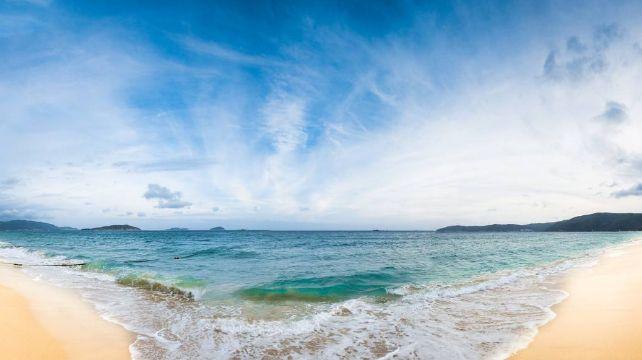 亚龙湾,海水够蓝很清澈很美,洁白细腻的沙滩五彩缤纷