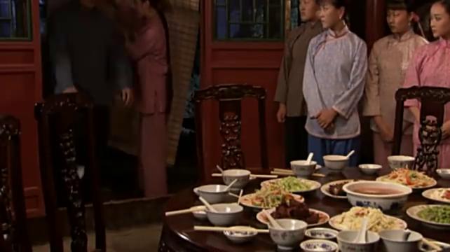 论吃饭只服大叔,一个人吃十几个人的饭菜,当家的看的直咽口水