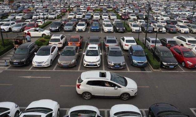 陕西街头一辆别克汽车,停车欠费8600多,车主始终没现身