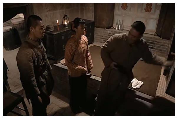 亮剑:新婚夜查房,老版李云龙坚决,你看新版俩人有多腻歪?