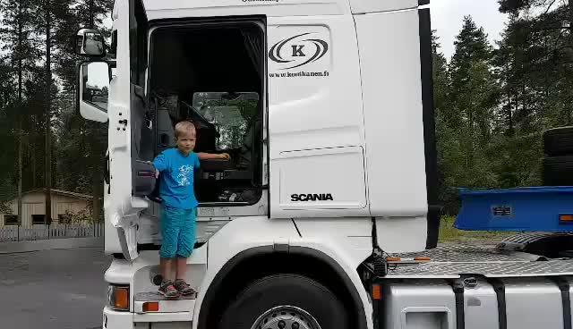 还在考科目二八岁小男孩向你演示半挂大卡车倒车入库