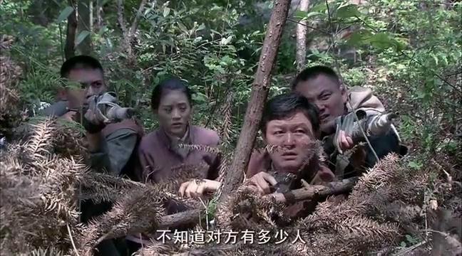 狙击手趴在树干上等着鬼子来,鬼子两个狙击手也不怎么样
