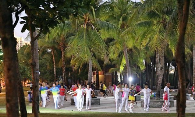 三亚的椰梦长廊,经过短暂的休憩后,如今恢复了热闹